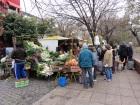 Folks shop for produce at a neighborhood market. (J. Renteria)