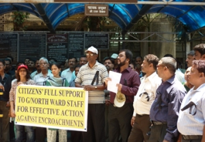 Activists come together in support of BMC's anti-hawking campaignSource: http://www.moneylife.in/article/anti-encroachment-drive-activists-come-together-in-support-of-bmc-officer/25816.html