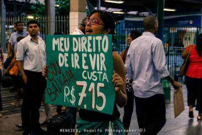 "A protestor stands with sign that says ""My right to come and go costs R$7.15"" Photo by Menezes."