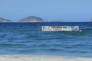 This banner seen from the beaches of Zona Sul was a stunt by Meu Rio at the launch of their campaign. It reads: 100% sanitation for Rio is just the basics!