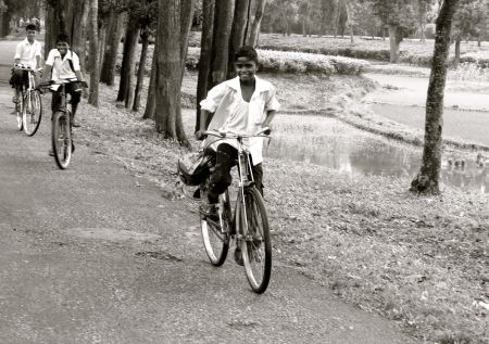 Bike to school in rural area near Dhaka. © juan Manuel Restrepo