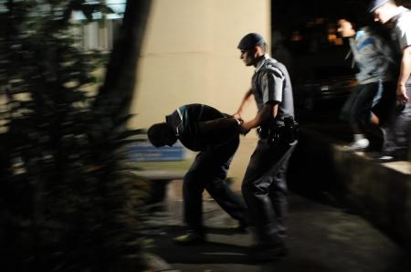 Policia em sao paulo, prendendo m jovem para droga